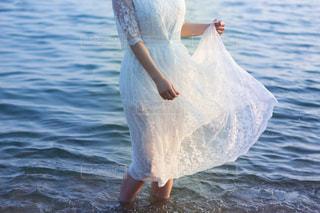 海に入る白ワンピの女性の写真・画像素材[1990855]