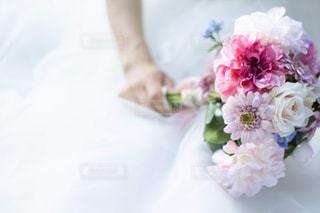 ウェディングブーケを持つ花嫁のイメージカットの写真・画像素材[1990874]