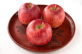 お盆にのったリンゴの写真・画像素材[935527]