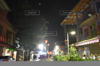 夜の店の前の写真・画像素材[921891]