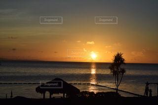 水の体に沈む夕日の写真・画像素材[921965]