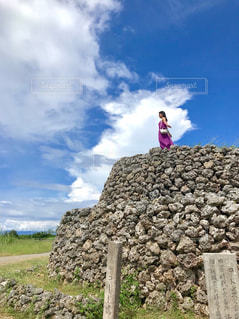 岩の上の人の写真・画像素材[1643327]
