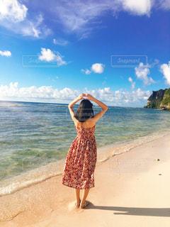 ビーチに立つ女の子の写真・画像素材[1651974]