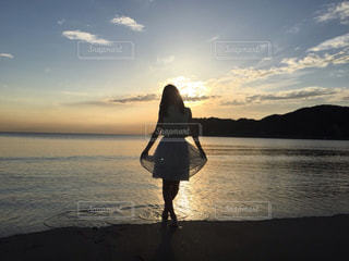 海辺に立っている人の写真・画像素材[1651987]