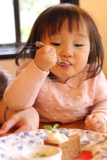 ケーキを食べる女の子の写真・画像素材[922362]