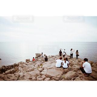 日本海を臨む人々の写真・画像素材[939455]