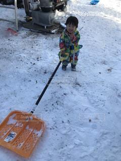 雪の中に立っている子供の写真・画像素材[954818]