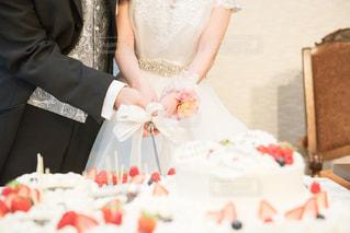 ウエディングケーキを切る女性の写真・画像素材[983563]