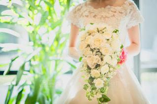 ブーケとウエディングドレスの写真・画像素材[985167]