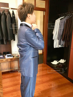 タキシードを着る男性の写真・画像素材[985172]