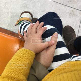 手と手を合わせた親子の写真・画像素材[926001]