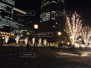 夜のライトアップされた街の写真・画像素材[925937]