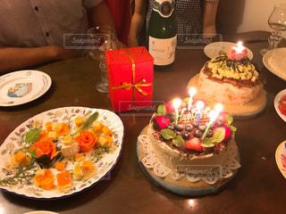 キャンドルとバースデー ケーキで食品のプレートの写真・画像素材[926149]