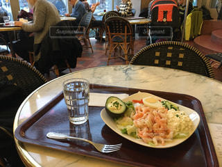 食品のプレート付きのダイニング テーブル - No.926173