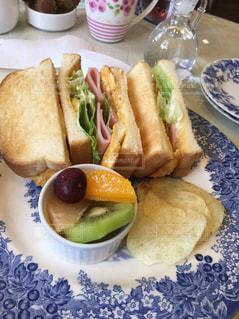 テーブルの上に食べ物のプレートの写真・画像素材[1682564]