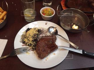 テーブルの上に食べ物のプレートの写真・画像素材[1682569]