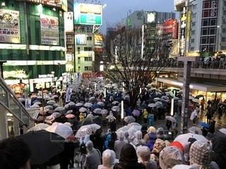 街の通りを歩いている人のグループの写真・画像素材[1190257]