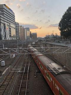 鋼のトラックに大きな長い列車の写真・画像素材[1190271]