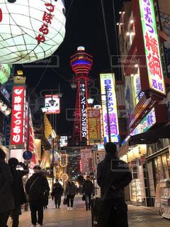 夜の街を歩いている人のグループの写真・画像素材[1190273]