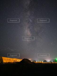 夜に見上げる空の景色の写真・画像素材[932367]