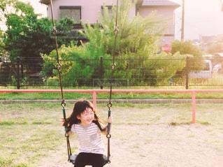 スイングの少女の写真・画像素材[1028713]
