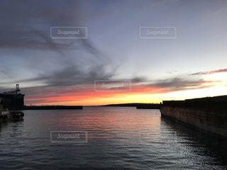 綺麗な夕日を写す綺麗な海の写真・画像素材[926951]