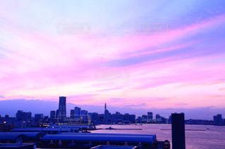 バック グラウンドで市と水の体の上の虹 - No.927552