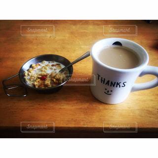 テーブルの上のコーヒー カップの写真・画像素材[927556]