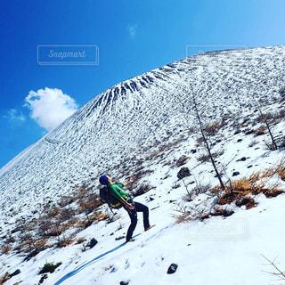 雪山に叫ぶ男の写真・画像素材[927557]