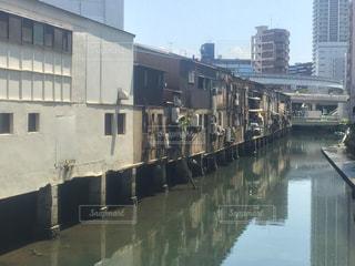 建物の横に水します。の写真・画像素材[927767]