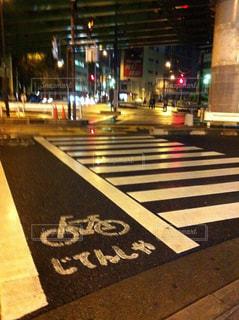 夜の街の道路の写真・画像素材[928022]