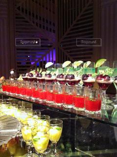 パーティーで、テーブルに複数のカクテルグラスの写真・画像素材[928023]