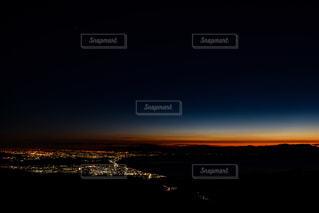 朝焼けに染まる空と街の写真・画像素材[933669]