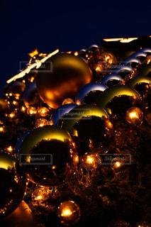 クリスマスツリーを見上げての写真・画像素材[933710]