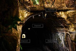 大きな岩のトンネルの写真・画像素材[938671]