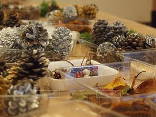松ぼっくりのクリスマスツリーの写真・画像素材[865029]