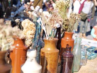 テーブルの上の花の花瓶の写真・画像素材[865100]