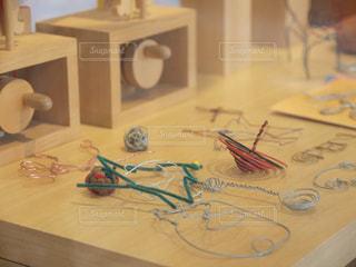 テーブルの上のハリガネの写真・画像素材[1000115]