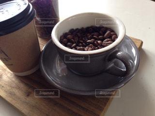 食品やコーヒー テーブルの上のカップ - No.1032136