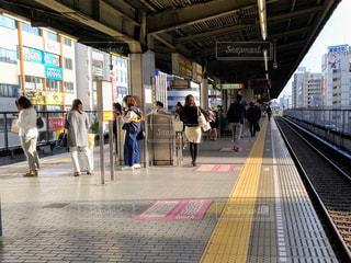 電車の駅で待っている人々の写真・画像素材[1127057]