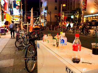 自転車は、街の通りに駐車 - No.1127075