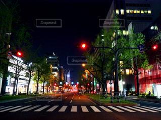 夜の街に信号機の写真・画像素材[1127076]