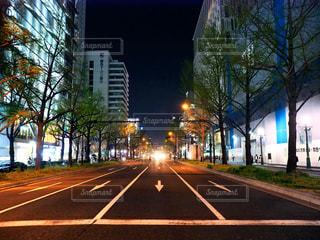 近くに夜の空街のアップ - No.1127078
