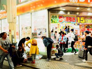歩道上に立って人々 のグループの写真・画像素材[1127079]