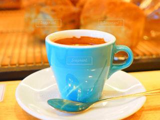 テーブルの上のコーヒー カップの写真・画像素材[1127112]
