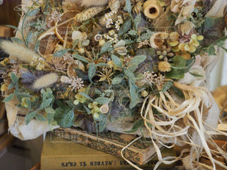 テーブルの上の花飾りの写真・画像素材[1127121]