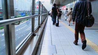 歩道を歩いている人のグループの写真・画像素材[1150596]