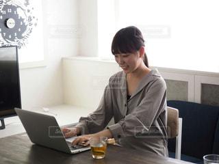 パソコン作業中の女性の写真・画像素材[1170731]