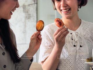 お菓子をもつ女性の写真・画像素材[1170754]