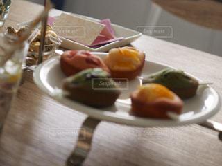 木製のテーブルの上に食べ物のプレートの写真・画像素材[1171824]